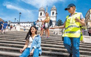 Αστυνομικός ζητάει από επισκέπτρια στη Ρώμη να μην κάθεται στα Ισπανικά Σκαλοπάτια, το εμβληματικό και πολυφωτογραφημένο αξιοθέατο της ιταλικής πρωτεύουσας. Οσοι παραβιάζουν την απαγόρευση και βρωμίσουν ή καταστρέψουν τη Σκαλινάτα, που συνδέει την Πιάτσα ντι Σπάνια με την Πιάτσα Τρινιτά ντελ Μόντι, αντιμετωπίζουν πρόστιμο από 250 έως και 400 ευρώ.