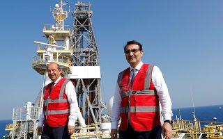 O Τούρκος υπουργός Ενέργειας Φατίχ Ντονμέζ (δεξιά) στο «Γιαβούζ».