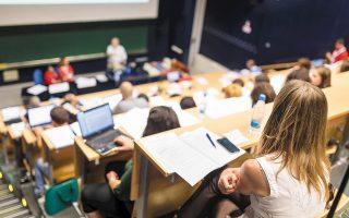 Στις περιπτώσεις των δύο κατευθύνσεων, o ΔΟΑΤΑΠ επιβάλλει να επιλέξουν οι απόφοιτοι τη μία από τις δύο ειδικότητες και με βάση τον αριθμό των μαθημάτων αναγνωρίζει τον τίτλο ως βασικό τίτλο σπουδών.