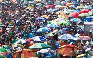 Καύσωνας στην Κίνα. Ισως ο τίτλος είναι αρκετός για τον σχολιασμό της φωτογραφίας από την παραλία Dalian της επαρχίας Lioaning μια ζεστή καλοκαιρινή ημέρα. . REUTERS/Stringer