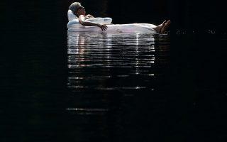 Αντικατοπτρισμοί. Μια γυναίκα χαλαρώνει στο φουσκωτό στρώμα της μια ιδανική καλοκαιρινή ημέρα στην λίμνη  Mazinaw στο Cloyne του Καναδά.  REUTERS/Carlo Allegri
