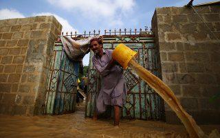 Μια ζωή αγώνας. Λίγο πιο μακριά από τα δικά μας σύγχρονα προβλήματα του Δυτικού κόσμου αλλά πιο κοντά στις συμφορές της φύσης είναι ο άνδρας από το Πακιστάν που παλεύει με τον κουβά να σώσει το σπίτι του από τις πλημμύρες που προκάλεσαν οι μουσώνες. EPA/SHAHZAIB AKBER