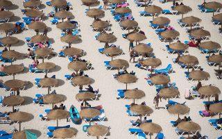 Από ψηλά 1. Αύξηση 1,9 % παρουσίασε ο τουρισμός στις Βελεαρίδες νήσους την περίοδο Ιανουαρίου – Ιουνίου του 2019 που σε απλούς αριθμούς σημαίνει ότι 5,5 εκατομμύρια τουρίστες προτίμησαν τα νησιά της Ισπανίας. Στην φωτογραφία η παραλία Cala en Porter της Μαγιόρκα. EPA/David Arquimbau Sintes