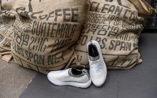 Ενα κομψό ζευγάρι αθλητικά παπούτσια Rens, φτιαγμένο από χρησιμοποιημένους κόκκους καφέ και ανακυκλωμένο πλαστικό.