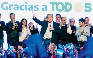 Η υποχώρηση όλων των αργεντίνικων τίτλων αντανακλά την ανησυχία που προκάλεσε στους επενδυτές η ήττα του Μάκρι, αλλά και η διαφαινόμενη τελεσίδικη ήττα του στις εκλογές του Οκτωβρίου. Ολα δείχνουν πως νικητής  θα είναι ο υποψήφιος της αντιπολίτευσης Αλμπέρτο Φερνάντες, που σημαίνει πως η χώρα θα επιστρέψει στην πολιτική των αυξημένων δαπανών και των μεγάλων ελλειμμάτων.