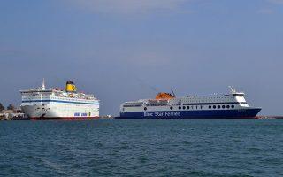 Το Ελευθέριος Βενιζέλος (Α) και το Blue Star 1 (Δ) στο λιμάνι της Μυτιλήνης, που θα χρησιμοποιηθούν για να μεταφερθούν μετανάστες και πρόσφυγες στον Πειραιά, Παρασκευή 26 Φεβρουαρίου 2016. ΑΠΕ-ΜΠΕ/ΑΠΕ-ΜΠΕ/ΠΑΝΑΓΙΩΤΗΣ ΜΠΑΛΑΣΚΑΣ