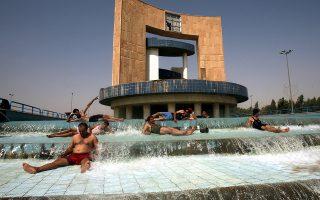 Σε σιντριβάνια αναζητούν λίγη δροσιά χιλιάδες Ιρακινοί, όταν ο υδράργυρος σκαρφαλώνει στους 50 βαθμούς Κελσίου.