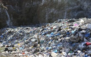Πολλοί δήμοι ανοίγουν τρύπες και θάβουν τα απορρίμματα, ενώ άλλοι τα... κατακρημνίζουν. Και στις δύο περιπτώσεις η μόλυνση είναι δεδομένη.