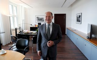 Ο Γερμανός υπουργός Οικονομικών στο γραφείο του στο Βερολίνο.