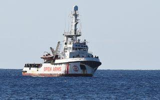Την Πέμπτη, το ισπανικό διασωστικό «Open Arms» κατάφερε να προσεγγίσει τις ιταλικές ακτές, έπειτα από απόφαση τοπικού δικαστηρίου.