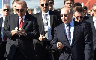 Στη φωτογραφία, Πούτιν και Ερντογάν οδεύουν προς τη διεθνή αεροναυπηγική έκθεση «MAKS-2019», απολαμβάνοντας το παγωτό τους.