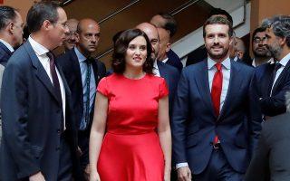 Ο επικεφαλής του PP Πάμπλο Κασάδο συνοδεύει την πρόεδρο της Μαδρίτης Ισαμπέλ Ντίαθ Αγιούσο στην ορκωμοσία της.