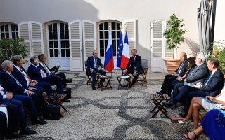 Στιγμιότυπο από τη χθεσινή συνάντηση Εμανουέλ Μακρόν και Βλαντιμίρ Πούτιν στη Γαλλία.