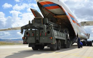 H παραλαβή των S-400 έλαβε χώρα (φωτ.) στην αεροπορική βάση Μουρτέντ, πρώην Ακιντζί, η οποία πριν από τρία χρόνια είχε λειτουργήσει ως έδρα της αποτυχημένης προσπάθειας ανατροπής της κυβέρνησης του Ρετζέπ Ταγίπ Ερντογάν. EPA/TURKISH DEFENCE MINISTRY
