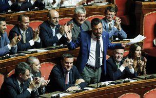 Oυδείς είναι βέβαιος για το τι θα συμβεί εάν ο Ματέο Σαλβίνι (φωτ. από πρόσφατη ομιλία του στη Γερουσία) κυβερνά αυτοδύναμος –ή σχεδόν αυτοδύναμος– μια Ιταλία όπου το χρέος βρίσκεται στο 130%, η οικονομία έχει βαλτώσει και οι πιέσεις των Βρυξελλών για σκληρά μέτρα λιτότητας παραμένουν. EPA/GIUSEPPE LAMI