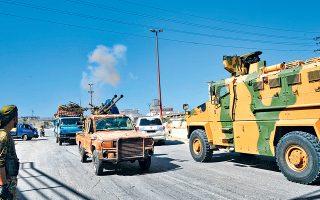 Σύροι αντικαθεστωτικοί αντάρτες αποσύρονται από την πόλη Χαν Σεϊχούν υπό την κάλυψη αυτοκινητοπομπής του τουρκικού στρατού. Στο βάθος, διακρίνεται ο καπνός από βομβαρδισμό των συριακών ενόπλων δυνάμεων.