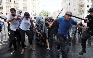 Επίθεση αστυνομικών εναντίον διαδηλωτών στο Ντιγιάρμπακιρ.