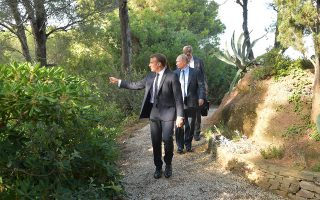 Οι δύο πρόεδροι στον κήπο της γαλλικής προεδρικής εξοχικής κατοικίας, στο Φορτ ντε Μπρεγκανσόν.