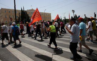 Απεργοί συμβασιούχοι υπάλληλοι καθαριότητας των ΟΤΑ διαδηλώνουν στο Σύνταγμα, Αθήνα Πέμπτη 29 Ιουνίου 2017. Οι διαδηλωτές απεργούν με αίτημα τη δασφάλιση των θέσεων εργασίας τους ενώ παράλληλα οι δρόμοι της Αθήνας έχουν πλημμυρίσει στα σκουπίδια. ΑΠΕ-ΜΠΕ/ΑΠΕ-ΜΠΕ/ΟΡΕΣΤΗΣ ΠΑΝΑΓΙΩΤΟΥ