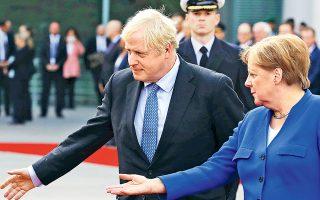 Με στρατιωτικές τιμές υποδέχθηκε χθες στο Βερολίνο η Αγκελα Μέρκελ τον πρωθυπουργό της Βρετανίας. Η Γερμανίδα καγκελάριος εκτίμησε ότι το θέμα της δικλίδας ασφαλείας των ιρλανδικών συνόρων μπορεί να επιλυθεί τις επόμενες 30 ημέρες και κάλεσε τον Μπόρις Τζόνσον να κινηθεί προς αυτή την κατεύθυνση. Πάντως, ο Γάλλος πρόεδρος Εμανουέλ Μακρόν δήλωσε ότι αυτά που ζητεί το Λονδίνο είναι ανεφάρμοστα.