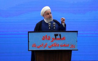 Ο πρόεδρος του Ιράν Χασάν Ροχανί αποκαλύπτει νέο σύστημα πυραυλικής άμυνας, σηματοδοτώντας την Ημέρα Εθνικής Αμυ-ντικής Βιομηχανίας.