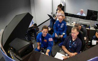 Μέλη της αποστολής Boeing CST-100 «Starliner», βετεράνοι αστροναύτες και πιλότοι, εκπαιδεύονται σε προσομοιωτές πτήσης.