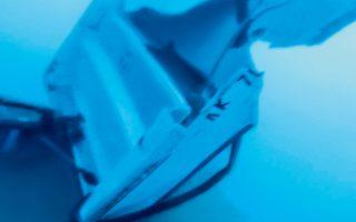 Το μεσημέρι της 10ης Αυγούστου, δύτες της Μονάδας Υποβρυχίων Αποστολών ανέλκυσαν από βάθος 38 μέτρων τα συντρίμμια της πολυεστερικής βάρκας που βυθίστηκε μετά τη σφοδρή σύγκρουση –το προηγούμενο βράδυ– με φουσκωτό ταχύπλοο κοντά στο Πόρτο Χέλι.  Οι φωτογραφίες και το βίντεο της επιχείρησης βρίσκονται στα χέρια του πραγματογνώμονα. Το πόρισμά του αναμένεται να ρίξει φως  στις συνθήκες της τραγωδίας με απολογισμό δύο νεκρούς και μία βαριά τραυματισμένη.