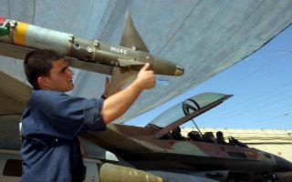 Ισραηλινός στρατιώτης τοποθετεί πύραυλο σε μαχητικό αεροπλάνο, προτού απογειωθεί για αποστολή στον Λίβανο.