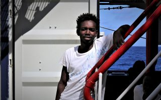 O 20χρονος Σουδανός Ανάς Μοχάμεντ έζησε ένα χρόνο στην Τρίπολη της Λιβύης, προτού προσπαθήσει να διασχίσει τη Μεσόγειο με αναξιόπλοο σκάφος. «Αυτό που συμβαίνει στη Λιβύη είναι τραγωδία», λέει.