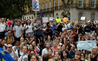 Διαδηλώσεις σε πολλές πόλεις της Βρετανίας προκάλεσε η απόφαση του πρωθυπουργού Μπόρις Τζόνσον να αναστείλει τη λειτουργία του Κοινοβουλίου. A.P. Photo/Matt Dunham