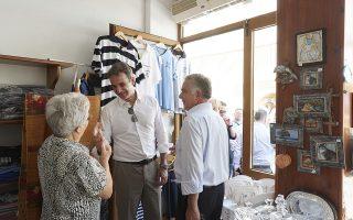 (Ξένη Δημοσίευση) Ο πρωθυπουργός Κυριάκος Μητσοτάκης συνομιλεί με κατοίκους κατά την διάρκεια της επίσκεψης του στην Κάρπαθο, Σάββατο 3 Αυγούστου 2019. Ο πρωθυπουργός Κυριάκος Μητσοτάκης πραγματοποιεί διήμερη επίσκεψη στην Κάρπαθο. ΑΠΕ-ΜΠΕ/ΓΡΑΦΕΙΟ ΤΥΠΟΥ ΠΡΩΘΥΠΟΥΡΓΟΥ/ΔΗΜΗΤΡΗΣ ΠΑΠΑΜΗΤΣΟΣ