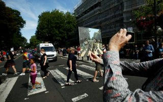 fan-ton-beatles-giortazoyn-tin-50i-epeteio-tis-fotografias-toy-abbey-road-fotografies0