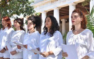 Σε ξένους και Ελληνες επισκέπτες που επιθυμούν να έρθουν σε επαφή με την αρχαία ελληνική αλλά και βυζαντινή γραμματεία μέσα από σπουδαία κείμενα φιλοσόφων και τραγικών ποιητών απευθύνεται η δράση «Οι πέτρες μιλούν». Πραγματοποιείται σε τρεις γλώσσες –ελληνικά, αγγλικά, γαλλικά– στη Στοά του Αττάλου στην Αρχαία Αγορά και στο Μουσείο Ακρόπολης και τη διοργανώνει η Ενωση Ξενοδόχων Αθηνών - Αττικής και Αργοσαρωνικού σε συνεργασία με τον Διεθνή Αερολιμένα και το Ελληνικό Φεστιβάλ.