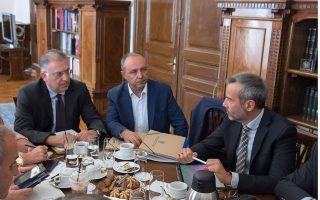 Ο υπουργός Εσωτερικών Τάκης Θεοδωρικάκος (Α),  ο υφυπουργός  Εσωτερικών, αρμόδιος για θέματα Μακεδονίας Θράκης Θεόδωρος Καράογλου (Κ) και ο Δήμαρχος Θεσσαλονίκης Κωνσταντίνος Ζέρβας (Δ), κατά τη διάρκεια της συνάντησης με τους 14 νεοεκλεγέντες Δημάρχους της Περιφερειακής Ενότητας Θεσσαλονίκης