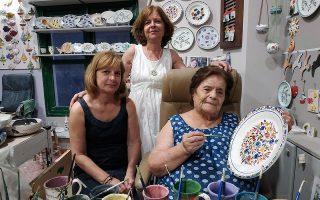 Η Πάτρα Βαθιώτη (δεξιά), με τις κόρες της Σταματία και Ευαγγελία, στο οικογενειακό κεραμοποιείο, στο Καρλόβασι.