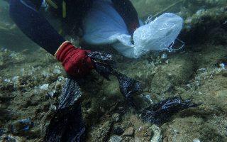 Την επιχείρηση των δυτών κάλυψε το ειδησεογραφικό πρακτορείο Reuters και οι φωτογραφίες από την υποθαλάσσια χωματερή ταξίδεψαν σε ολόκληρο τον κόσμο