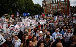 Διαδηλωτές κατέκλυσαν χθες τους δρόμους έξω από τη βρετανική βουλή, μετά την απόφαση του πρωθυπουργού Μπόρις Τζόνσον να αναστείλει τη λειτουργία του κοινοβουλίου το διάστημα 9 Σεπτεμβρίου - 14 Οκτωβρίου, για να διαμορφώσει το Brexit χωρίς κοινοβουλευτικό έλεγχο.