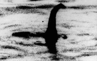 Η πιο διάσημη φωτογραφία του «τέρατος» του Λοχ Νες, η οποία έκανε την εμφάνιση της το 1934, απεικονίζει ένα πλάσμα με μακρύ λαιμό και μικρό κεφάλι, παρόμοιο με τους πλησιόσαυρους της εποχής των δεινοσαύρων. Δεκαετίεας αργότερα, η θρυλική αυτή φωτογραφία αποδείχθηκε τελικώς πλαστή. ASSOCIATED PRESS