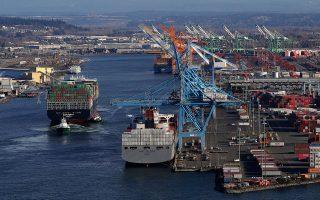 Πλοία μεταφοράς εμπορευματοκιβωτίων στο λιμάνι της Τακόμα, στην πολιτεία της Ουάσιγκτον, στις ΒΔ ΗΠΑ.