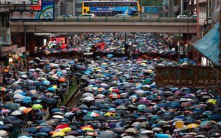 Με ομπρέλες λόγω της έντονης βροχόπτωσης «πλημμύρισαν» οι κεντρικοί δρόμοι του Χονγκ Κονγκ στην τελευταία μεγάλη κινητοποίηση υπέρ της δημοκρατίας την Κυριακή. (AP Photo/Vincent Yu)