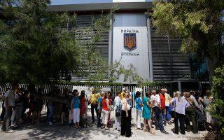 Μάιος 2014. Ουκρανοί που ζουν στην Ελλάδα κάνουν ουρά έξω από την πρεσβεία της χώρας τους στην Αθήνα προκειμένου να ψηφίσουν στις προεδρικές εκλογές. Για τους Ελληνες της διασποράς, αυτό το δικαίωμα παραμένει ζητούμενο εδώ και πολλά χρόνια. ASSOCIATED PRESS