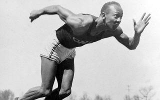Ο σπουδαίος Αμερικανός αθλητής Τζέσε Όουενς κατά τη διάρκεια προπόνησης στο Ολυμπιακό Χωριό, στο Βερολίνο, το 1936. Την ίδια ημέρα θα κατακτήσει το χρυσό μετάλλιο στο άλμα εις μήκος, το ένα από τα τέσσερα χρυσά που θα συλλέξει στο πλαίσιο των Ολυμπιακών Αγώνων του Βερολίνου. (AP Photo)