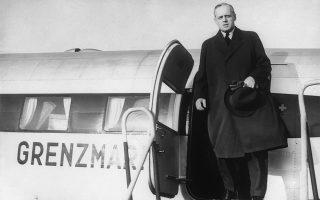 Ο ΥΠΕΞ της Ναζιστικής Γερμανίας, Γιοαχίμ φον Ρίμπεντροπ, εξέρχεται του ιδιωτικού αεροσκάφους του Αδόλφου Χίτλερ στο αεροδόμιο Τέμπελχοφ του Βερολίνου, λίγο πριν αναχωρήσει για τη Μόσχα, όπου θα υπογραψεί μαζί με τον Σοβιετικό ομόλογο του, Βιατσεσλάβ Μόλοτοφ, το ιστορικό Γερμανοσοβιετικό Σύμφωνο μη Επίθεσης, το 1939. ASSOCIATED PRESS