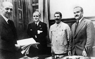 Λίγες μόλις ημέρες πριν από το ξέσπασμα του Β' Παγκοσμίου Πολέμου, Γερμανία και ΕΣΣΔ υπογράφουν το Γερμανοσοβιετικό Σύμφωνο μη Επίθεσης, σε μία καθοριστική στιγμή για την πρώτη φάση του πολέμου, μέχρι να παραβιαστεί δύο σχεδόν χρόνια αργότερα από τον Χίτλερ με την Επιχείρηση Μπαρμπαρόσα (22 Ιουνίου 1941), το 1939. ASSOCIATED PRESS