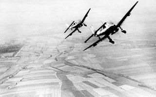 Έναν περίπου μήνα μετά την έναρξη της Μάχης της Αγγλίας, οι Γερμανοί εντείνουν αποφασιστικά την επιθετική τους δραστηριότητα, επιστρατεύοντας μέχρι και 1.500 αεροσκάφη ημερησίως και στοχεύοντας συστήματα ραντάρ και αεροδρόμια της Βασιλικής Πολεμικής Αεροπορίας (RAF). ASSOCIATED PRESS
