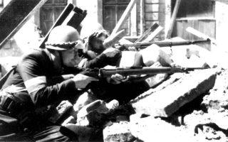 Αναμένοντας την ταχεία προέλαση του Κόκκινου Στρατού στα κατεχόμενα πολωνικά εδάφη, οι αντάρτες του πολωνικού «Εγχώριου Στρατού» (Home Army) εξεγείρονται εναντίον των γερμανικών κατοχικών δυνάμεων, πραγματοποιώντας τη μεγαλύτερη στρατιωτική επιχείρηση αντιστασιακής οργάνωσης κατά τη διάρκεια του Β' Παγκοσμίου Πολέμου, η οποία έμεινε ευρέως γνωστή ως «Εξέγερση της Βαρσοβίας», το 1944. ASSOCIATED PRESS