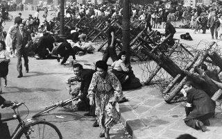 Τα πανηγύρια του λαού του Παρισιού την επομένη της απελευθέρωσης της γαλλικής πρωτεύουσας από τον γερμανικό στρατό κατοχής, διακόπτονται απότομα, καθώς ελεύθεροι σκοπευτές των κατοχικών δυνάμεων, οι οποίοι είχαν παραμείνει στην πόλη, ανοίγουν πυρ κατά του πλήθους, σπέρνοντας τον πανικό και μετατρέποντας μέσα σε δευτερόλεπτα την ευφορία του κόσμου σε τρόμο, το 1944. ASSOCIATED PRESS