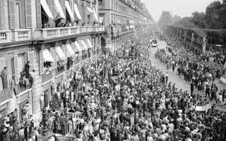 Ο ηγέτης των Ελεύθερων Γάλλων, στρατηγός Ντε Γκωλ, παρελαύνει θριαμβευτικά από την Αψίδα του Θριάμβου μέχρι την Πλατεία Κονκόρντ, δύο ημέρες μετά την απελευθέρωση του Παρισιού από τους Συμμάχους, το 1944. Ο ασυγκράτητος στους πανηγυρισμούς του λαός του Παρισιού, παρακολούθησε τη θριαμβική πορεία ζητωκραυγάζοντας, ενώ γαλλικές, βρετανικές και αμερικάνικες σημαίες κρεμόντουσαν από σχεδόν κάθε σπίτι της γαλλικής πρωτεύουσας. (AP Photo/Harry Harris)