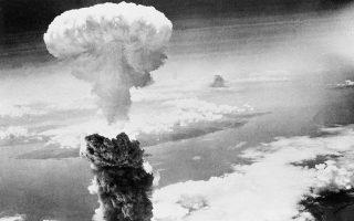 Τρεις ημέρες μετά τη ρίψη της πρώτης ατομικής βόμβας στη Χιροσίμα, η πόλη του Ναγκασάκι θα έχει την ίδια τύχη, με την αμερικανική πολεμική αεροπορία να ρίχνει τη δεύτερη ατομική βόμβα εναντίον της Ιαπωνίας, οθώντας τη στην άνευ όρων συνθηκολόγηση. ASSOCIATED PRESS