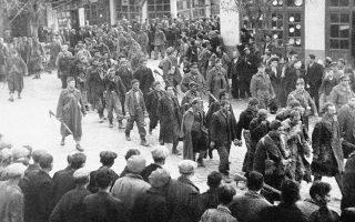 Ο Ελληνικός Εμφύλιος Πόλεμος του 1946-1949 φτάνει στο τέλος του με την οριστική ήττα του Δημοκρατικού Στρατού στον Γράμμο και το Βίτσι τον Αύγουστο του 1949, τελειώνοντας μαζί του την πολύπαθη ελληνική δεκαετία του '40 και αφήνοντας πίσω του βαθιά σημάδια, που θα είναι παραπάνω από αισθητά στο σώμα της ελληνικής κοινωνίας τουλάχιστον μέχρι το 1974. Εδώ, αιχμάλωτοι αντάρτες του ΔΣΕ οδηγούνται σε πομπή στις φυλακές, δύο ημέρες μετά τον κανονιοβολισμό της Θεσσαλονίκης από τον Δημοκρατικό Στρατό, με σκοπό την κατάληψη της πόλης, στις 12 Φεβρουαρίου του 1948. ASSOCIATED PRESS
